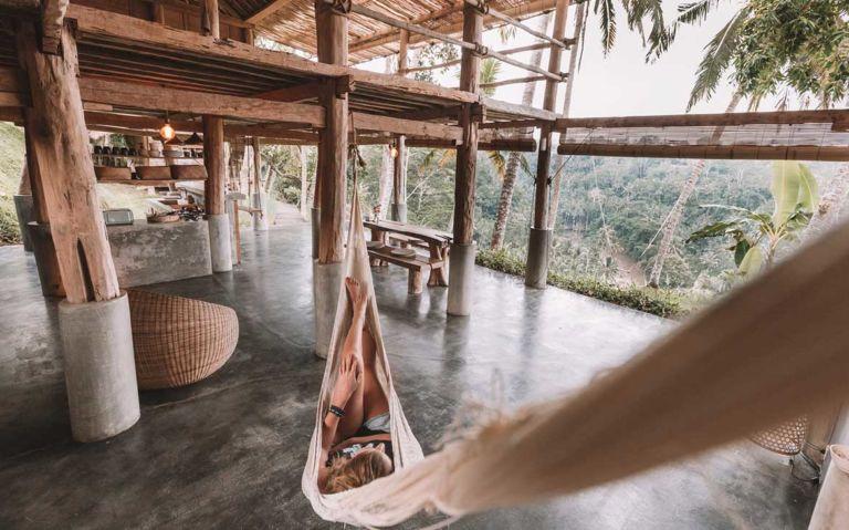 Nômade digital em rede descanso em Bali