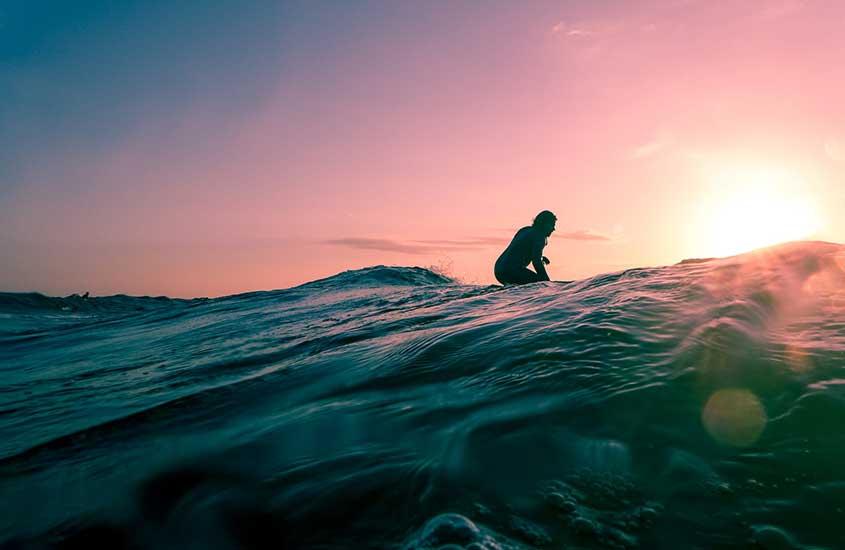 Viajante surfando em Bali