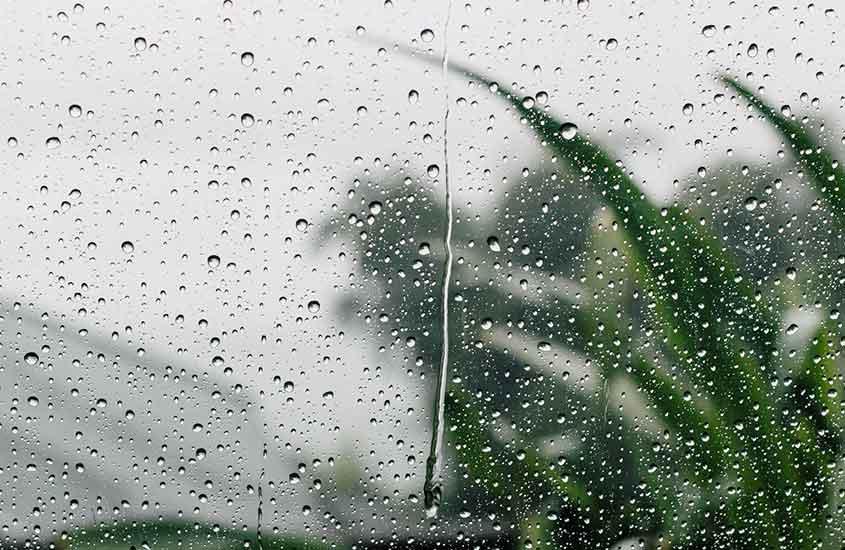 Janela de carro com pingos de chuva