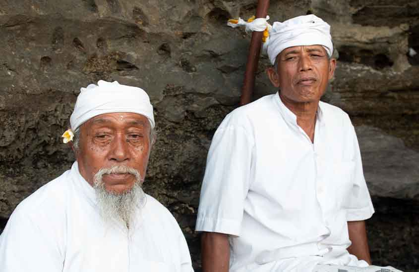 Homens habitantes locais de Bali, olham para câmera de nômade digital