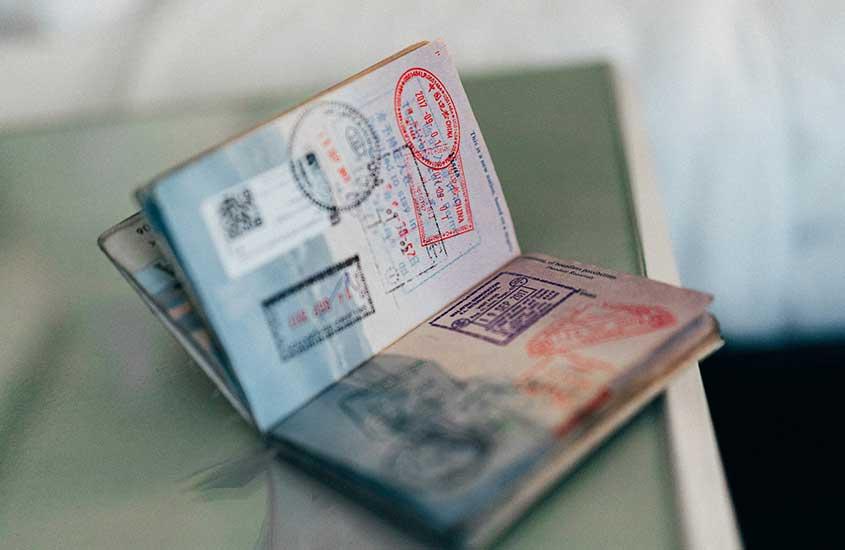 Passaporte com carimbos em cima de mesa