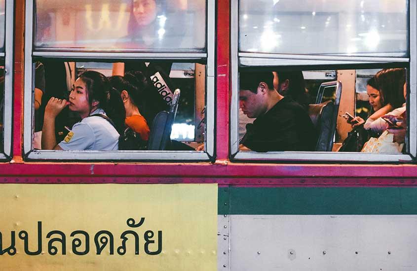 viajantes em ônibus, uma opção para quem quer saber como ir de Bangkok para Chiang Mai