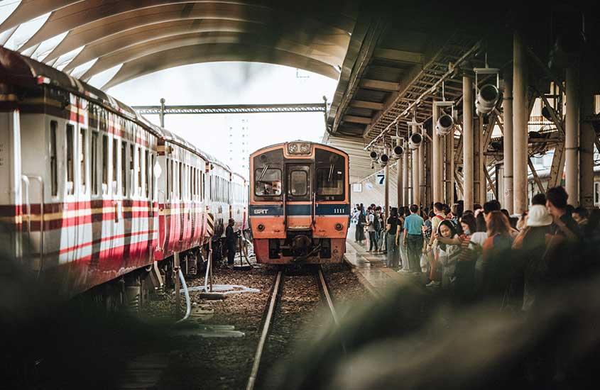pessoas aguardam trem em estação em Bangkok