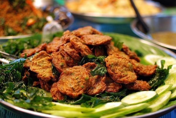 Peixe frito com folhas de limão, um prato da culinária tailandesa conhecido como tod man pla