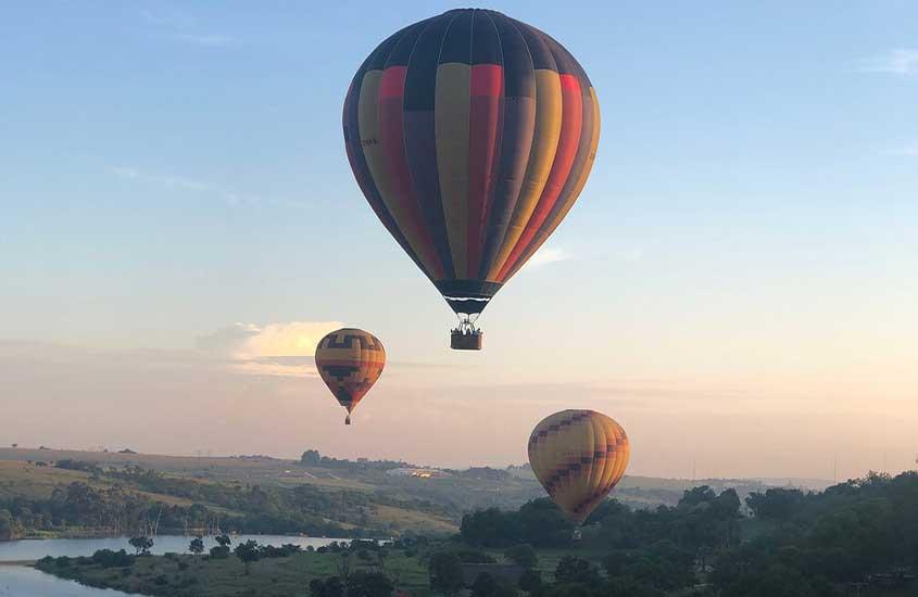 balões no céu, durante o dia, um dos atrativos entre muito o que fazer em Joanesburgo