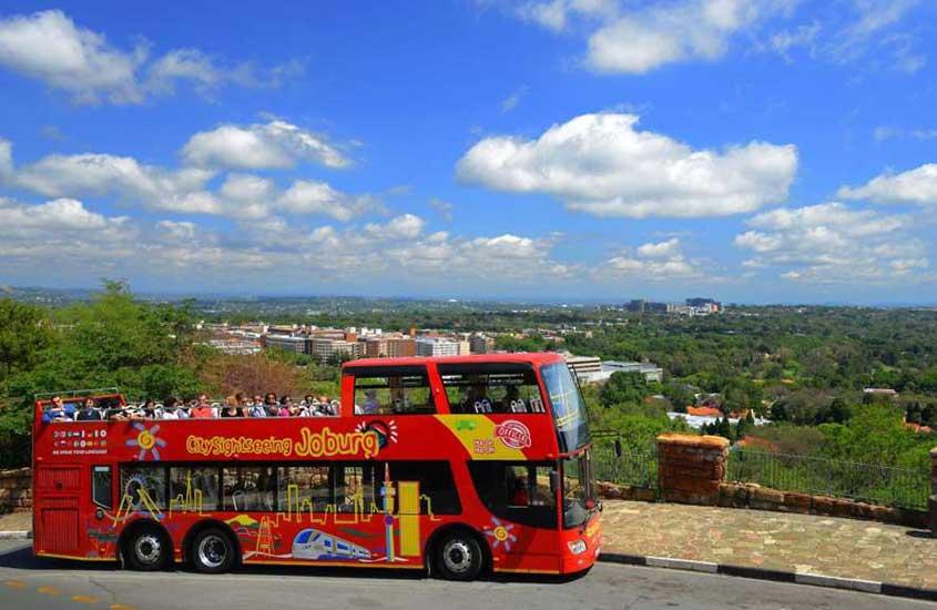 viajantes passeiam em ônibus hop-on hop-off, um dos atrativos entre muito o que fazer em Joanesburgo