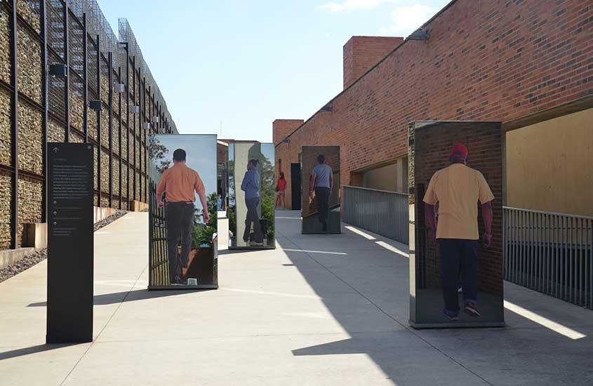 Fotografias expostas a céu aberto no Museu do Apartheid, um dos lugares a ser visitando entre muito o que fazer em Joanesburgo