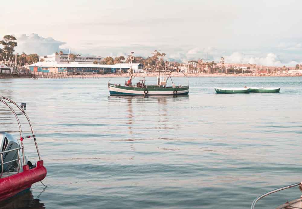 Barcos coloridos ancorados em mar, durante o dia, de Akkó, cidade de Israel