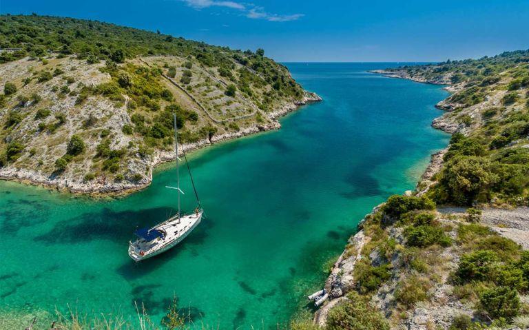 vista aérea de pessoas passeando em barco em águas cristalinas, uma opção para quem busca O que fazer na Croácia