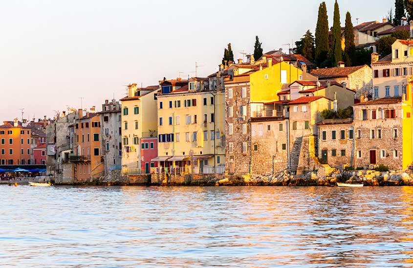 casas em frente ao rio na Croácia