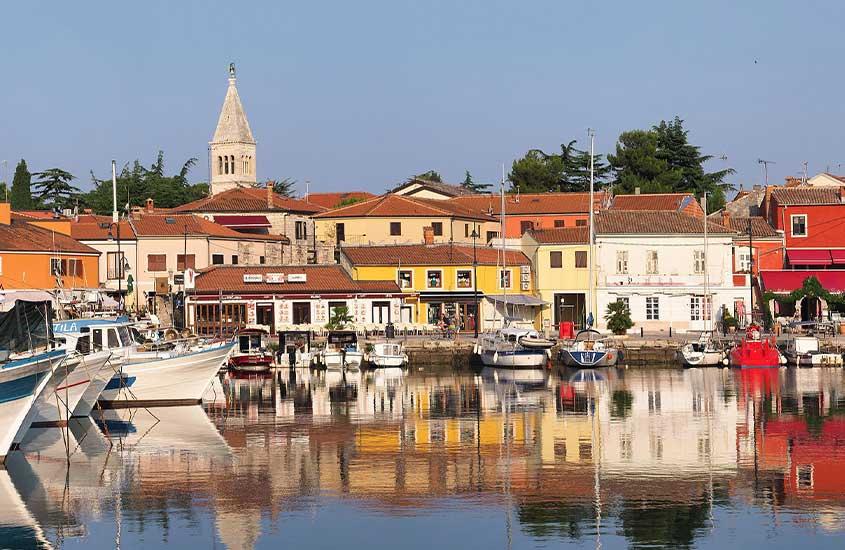 barcos em rio, em Novigrad, um lugar para incluir no roteiro na Croácia