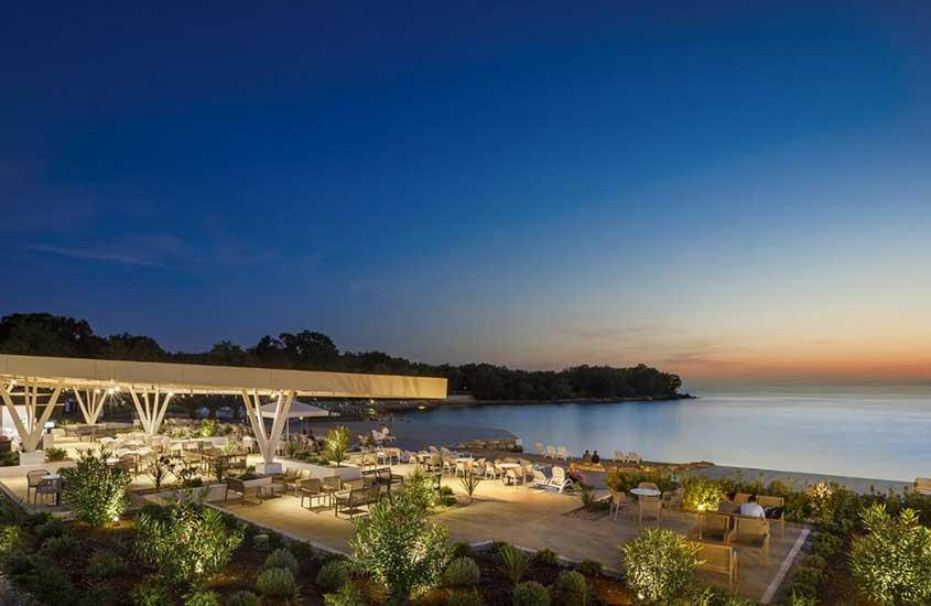 pátio com cadeiras e mesas, de Aminess Maravea Camping Resort Mobile Homes, um resort em frente ao mar, para incluir no roteiro na Croácia