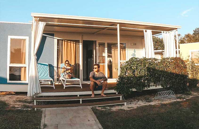 Vagner Alcantelado e Bárbara Rocha, casal viajando o mundo, em resort na Croácia