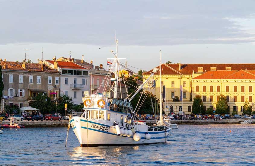 barco em mar em Rovinj, um lugar para incluir no roteiro na Croácia