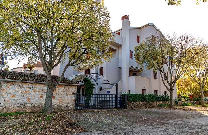 Prédio de 3 andares, onde funciona o Apartments Val, um lugar para se hospedar que vale a pena incluir no roteiro na Croácia
