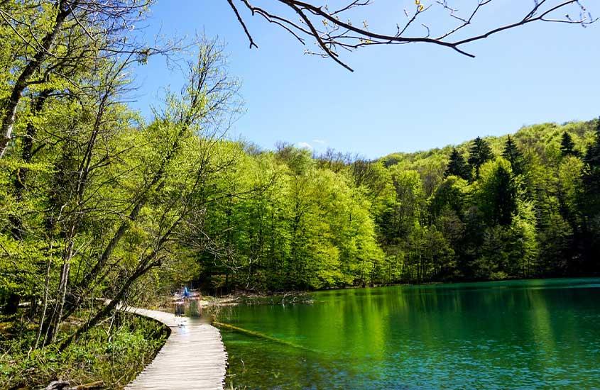 Lago em Parque Nacional dos Lagos de Plitvice uma ótima atração para quem busca O que fazer na Croácia