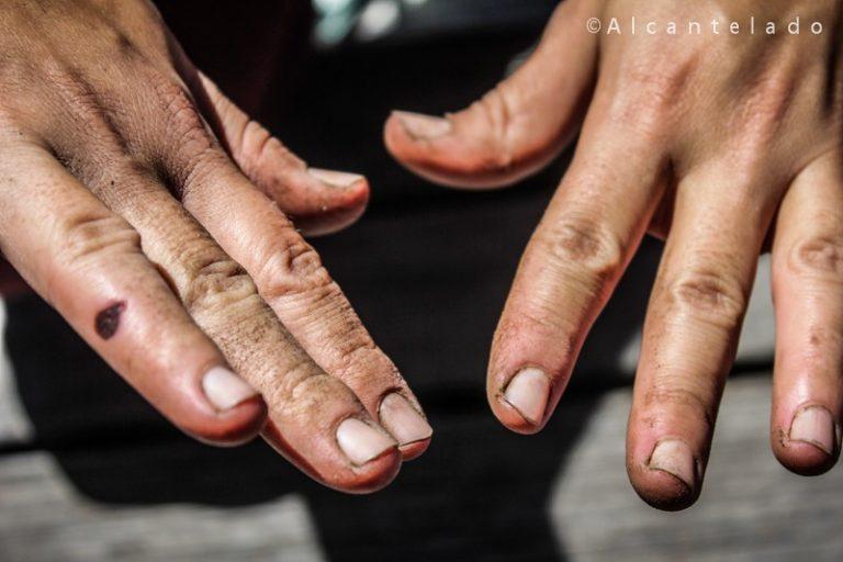 Mãos e unhas sujas de terra