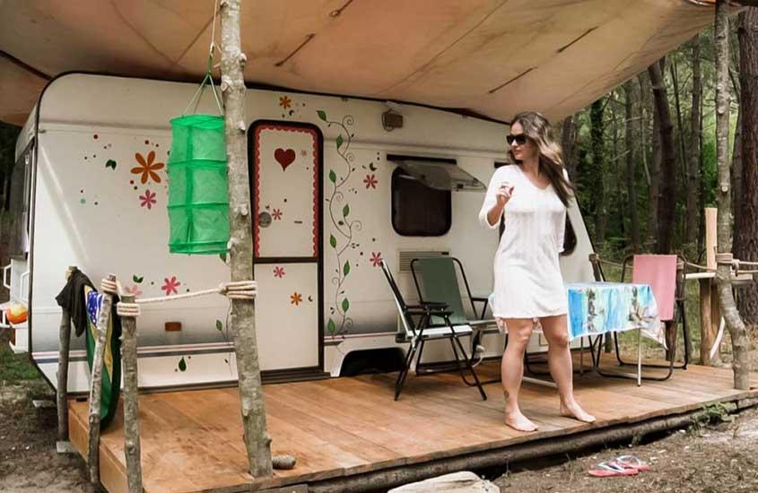 Bárbara Rocha, nômade digital, em frente a motorhome