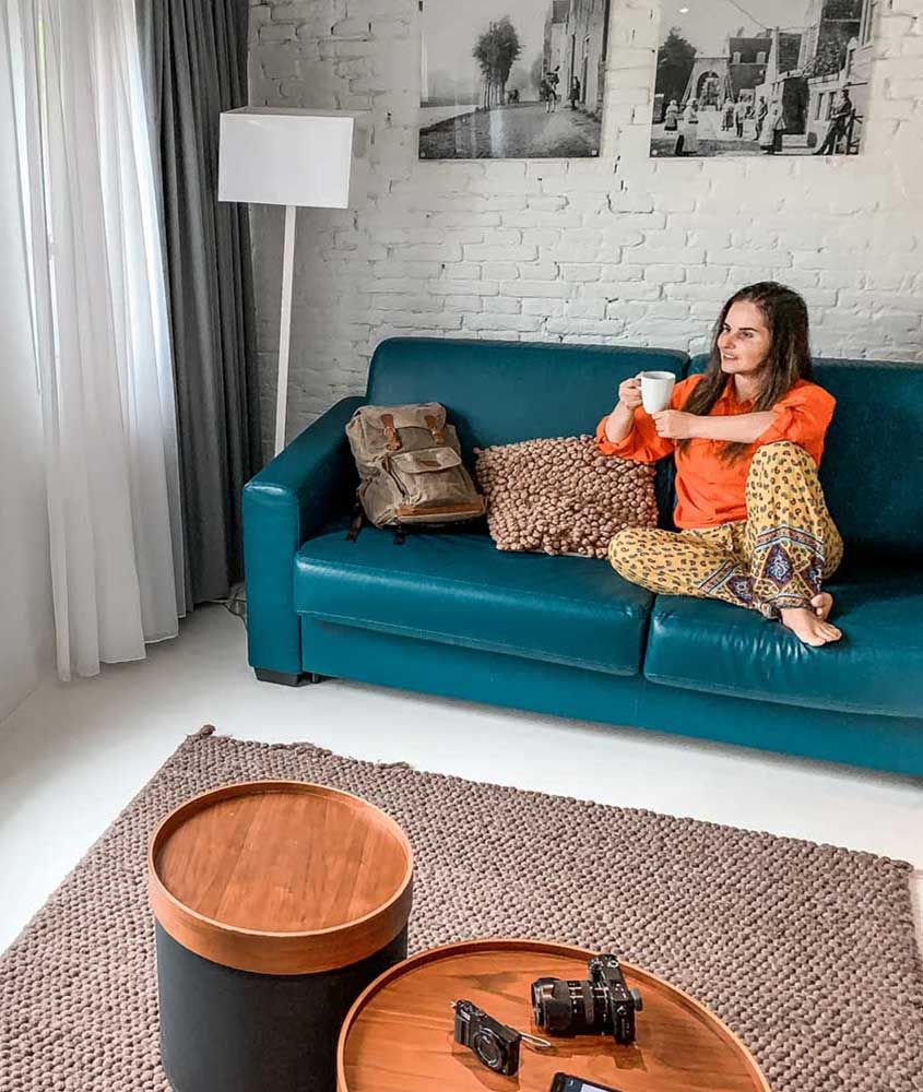 Bárbara Rocha, nômade digital brasileira, sentada em sofá