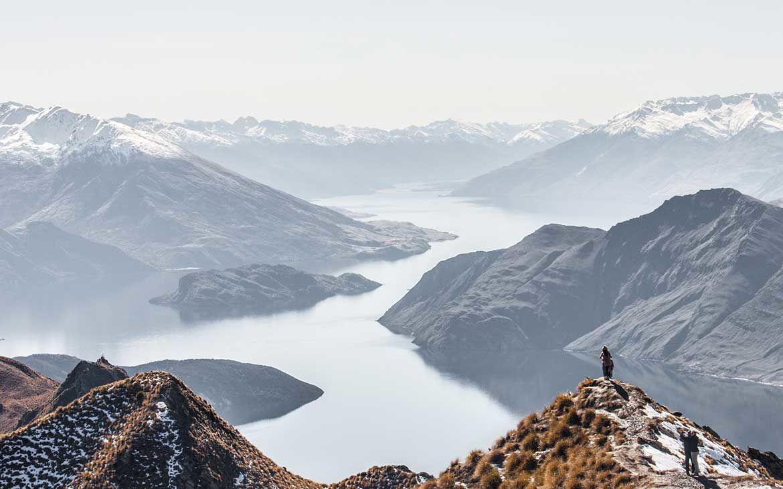 viajantes tiram foto em montanha na nova zelândia