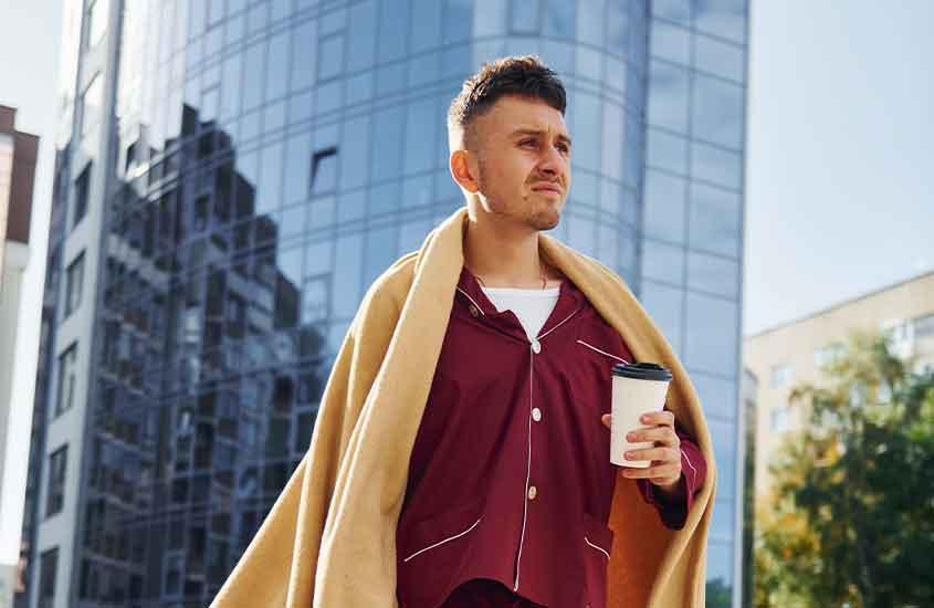 homem caminha de pijama em rua, hábito dos neozelandeses, que descobrimos ao morar na nova zelândia