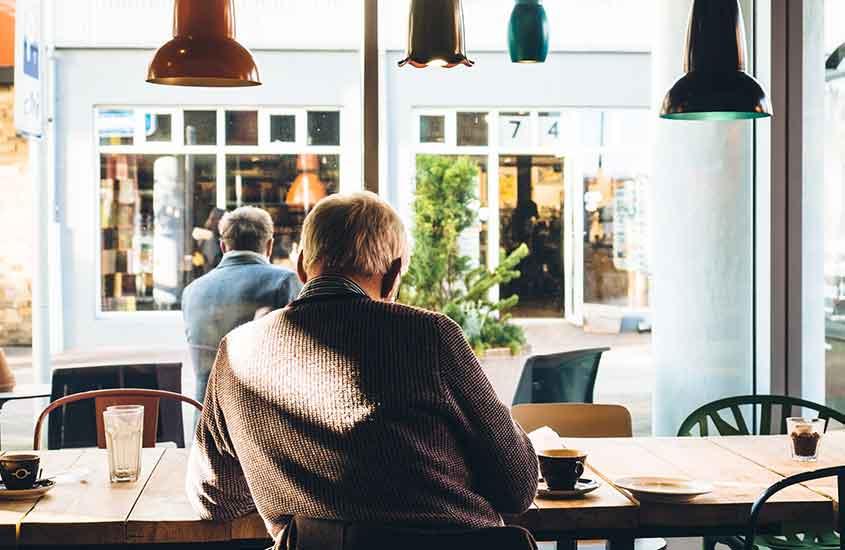 homem, parte do povo da nova zelândia toma café em uma cafeteria