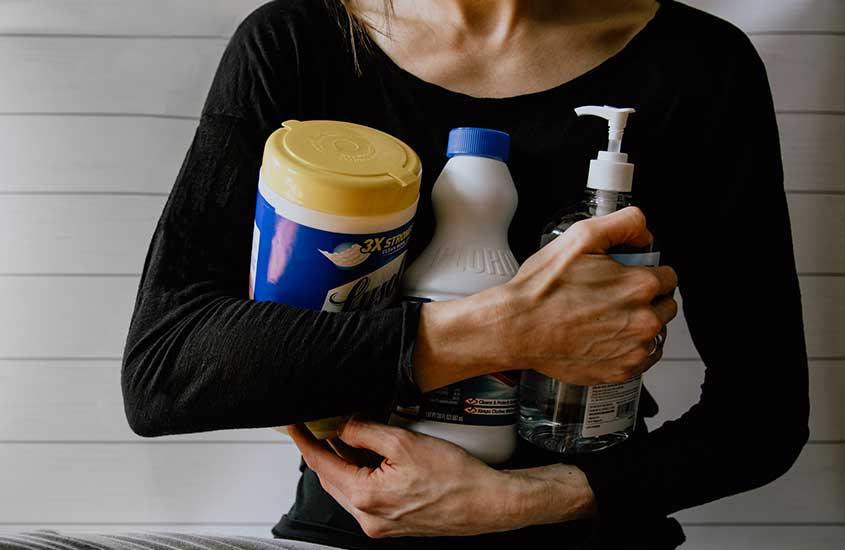 neozelandesa segura produtos de limpeza. Uma coisa que descobrimos ao morar na nova zelândia é que é comum o princípio de faça você mesmo