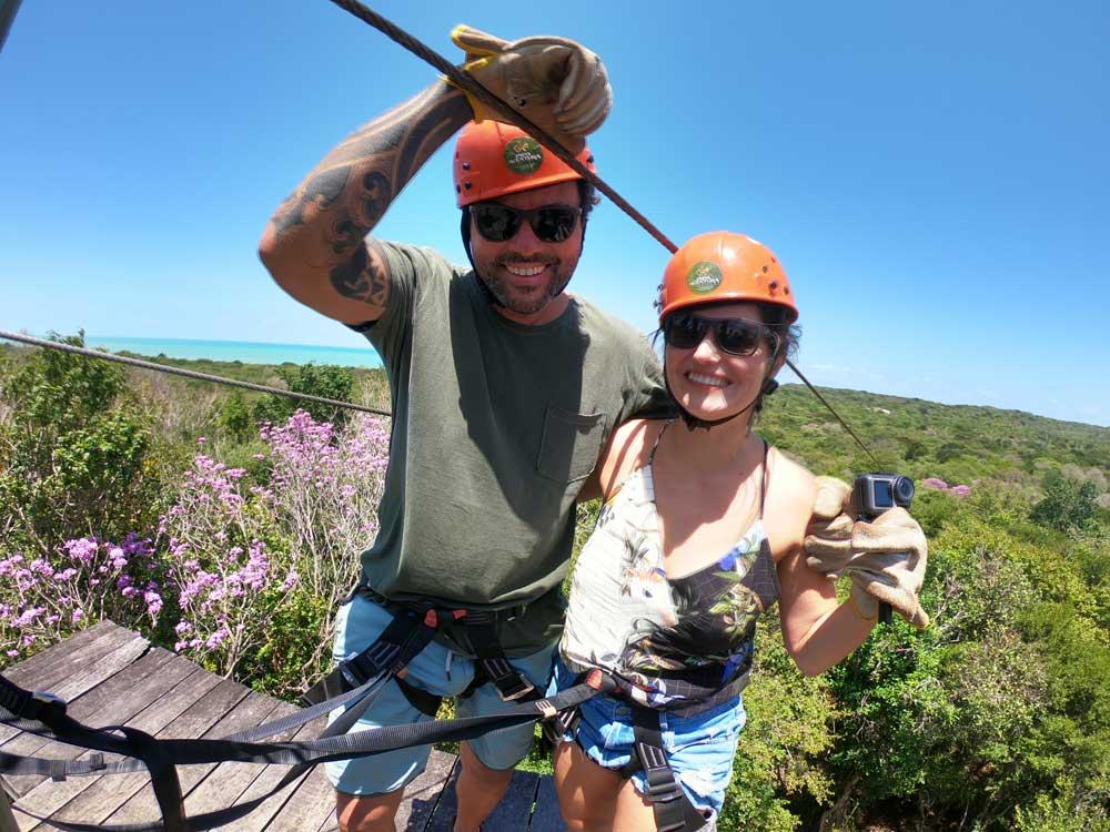 Bárbara Rocha e Vagner Alcantelado sorriem em tirolesa em Pipa, uma opção para quem busca o que fazer em Pipa