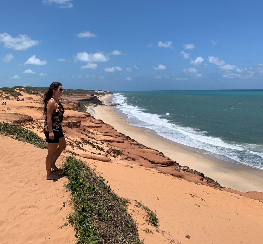 Bárbara Rocha, observa mar em praia de Pipa
