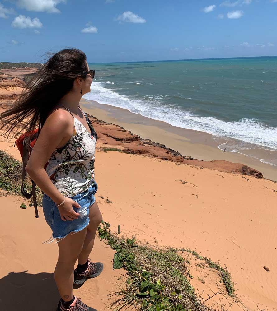 Bárbara Rocha observa mar