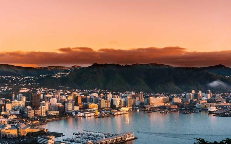 vista área de mar e prédios na Nova Zelândia durante o entandecer