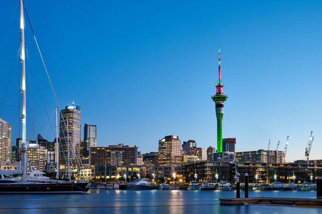 Porto em Nova Zelândia, durante anoitecer