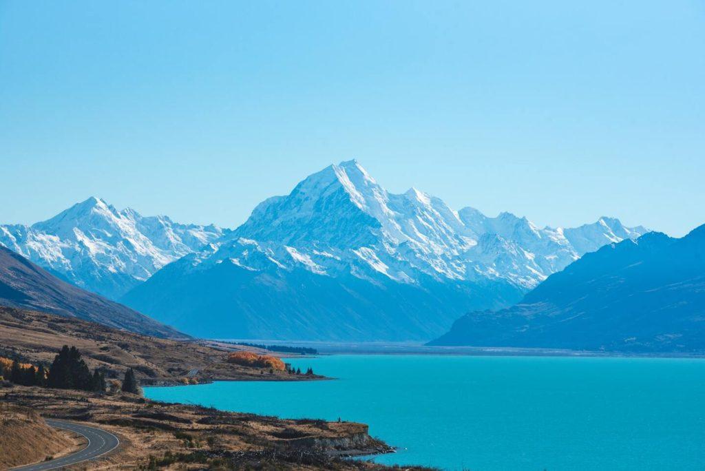 Vista panorâmica de estrada, mar e montanhas da Nova Zelândia