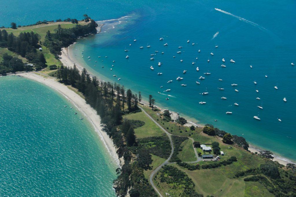 Vista aérea de águas cristalinas. Mais uma das curiosidades da Nova Zelândia, o país tem as águas mais claras do mundo