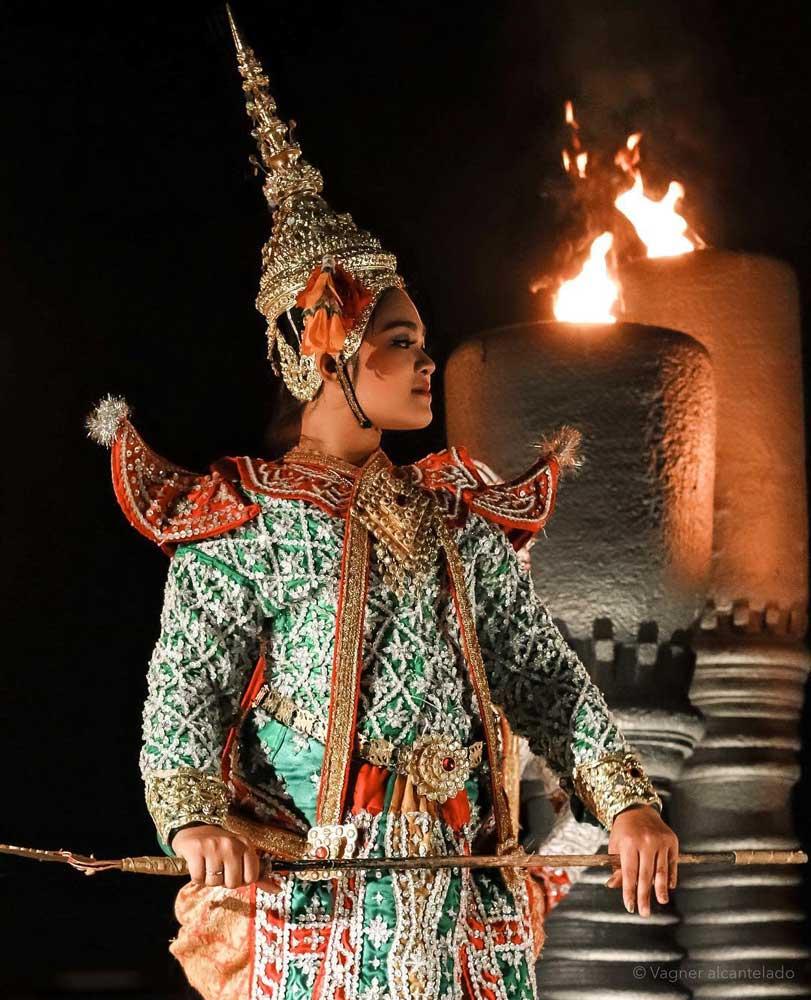 dançarina balinesa durante show. Um bom atrativo para quem busca o que fazer na ilha de bali é a famosa Dança Kecak