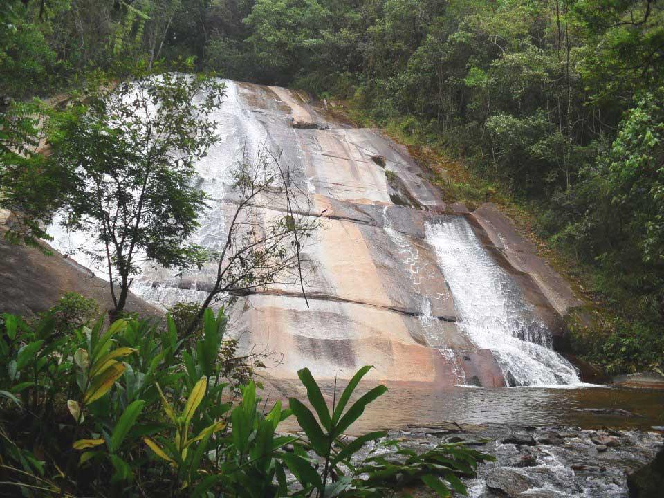 Quedas d'águas de cachoeira, um dos melhores atrativos entre muito o que fazer em Visconde de Mauá