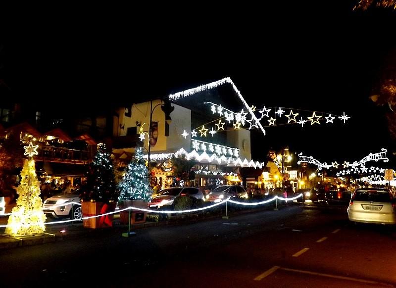 Árvores e enfeites iluminados em ruas durante Natal Luz de Gramado