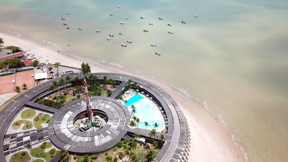 vista aérea de praia, cheia de barcos, uma das atrações entre muito o que fazer em João Pessoa