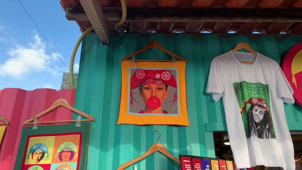 roupas e bolsas expostas para venda em rua de João pessoa