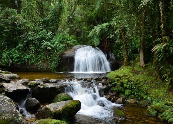 Quedas d'águas de cachoeira, um dos principais atrativos entre muito o que fazer em Visconde de Mauá