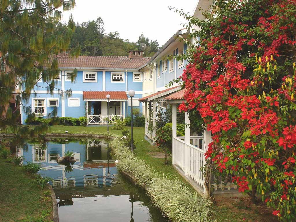construções coloridas em frente a lago em Penedo