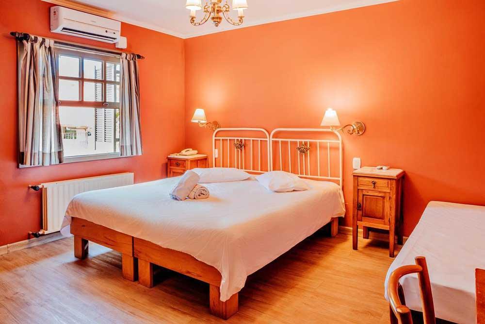 Cama de casal em Pousada Casa Rosa opção para quem quer se hospedar em Canela