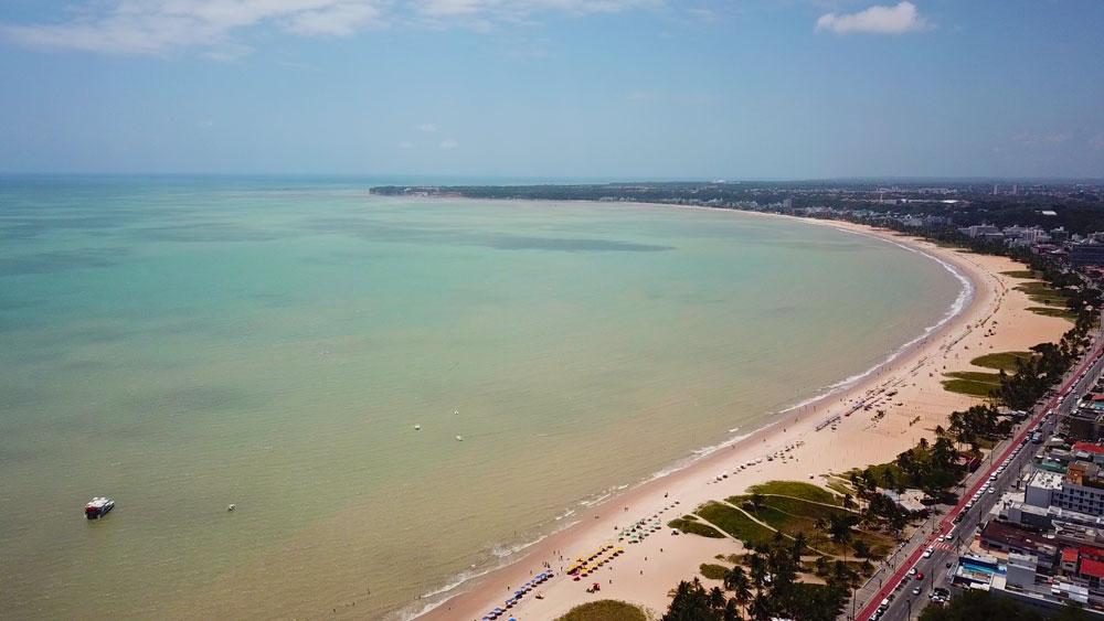 vista aérea de praia, uma das atrações entre muito o que fazer em João Pessoa