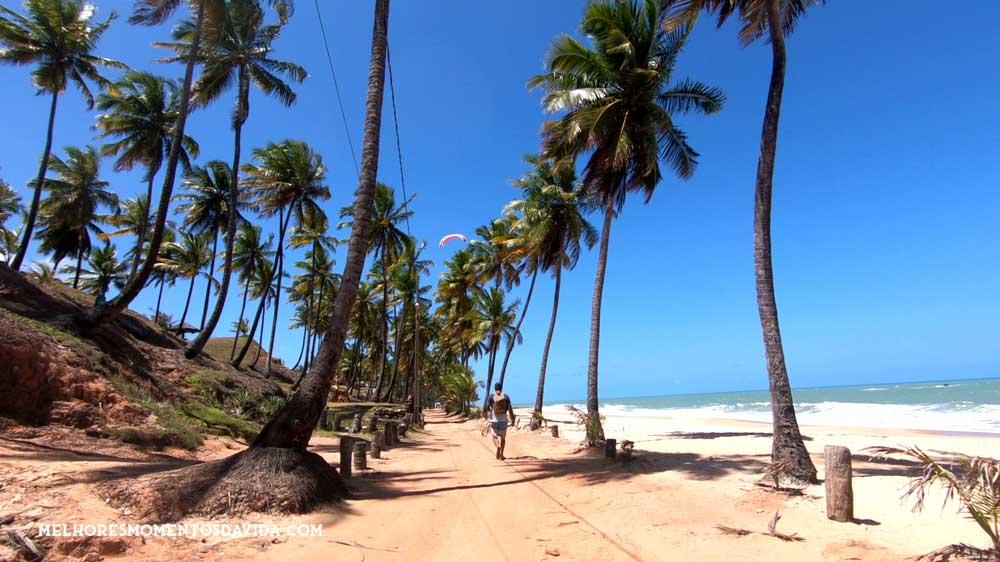 viajante caminha em areia de praia da Costa do Conde, litoral Su