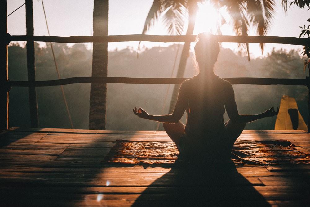 viajante fazendo yoga, um bom atrativo para quem busca o que fazer na ilha de bali é o Yoga Barn, um lugar para relaxar