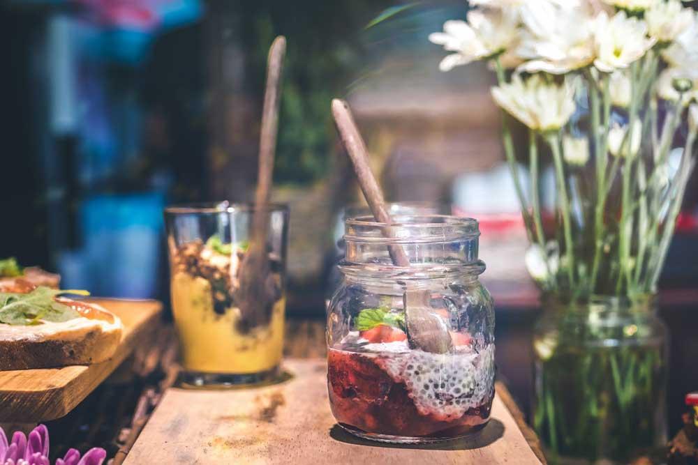 drinks em cima de mesa em bar