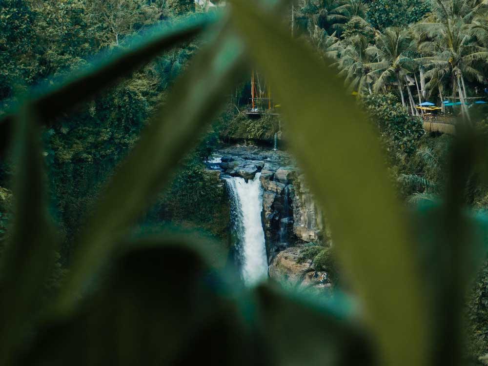 queda d'água de cachoeira, um dos principais atrativos da ilha de bali