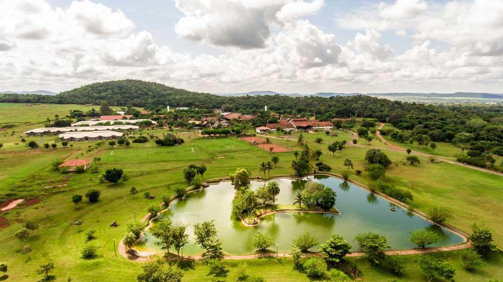 Vista área de lago e gramado, durante o dia, de área de lazer de Zagaia Eco Resort, localizado em Bonito, um dos melhores lugares para viajar a dois