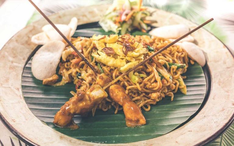 Uma das comidas típicas de Bali, em prato com fundo verde