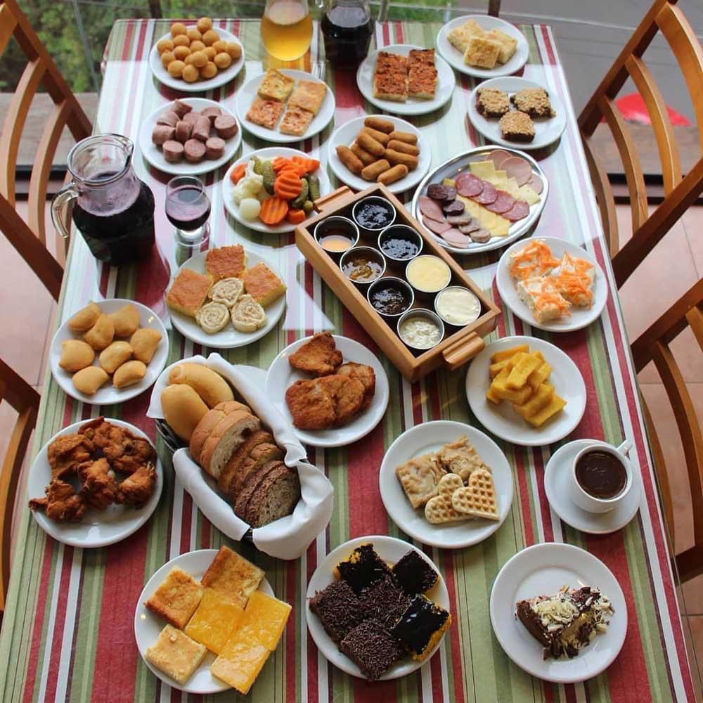 Bolos, queijos, sucos, salgados, e café do Café Colonial vendido nos cafés em Gramado e Canela